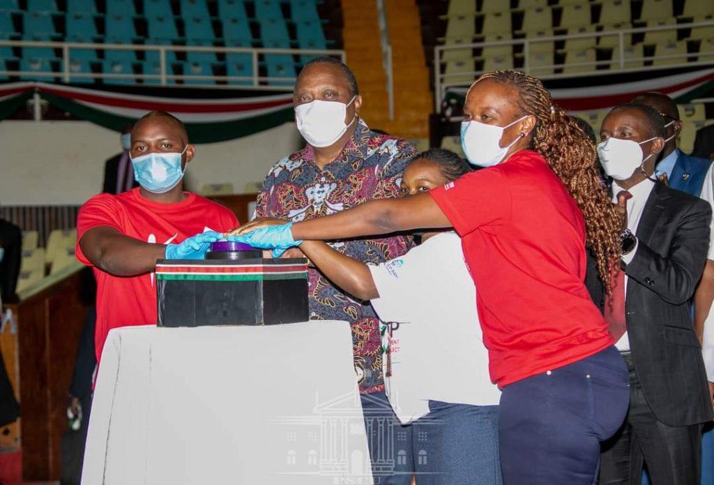 Uhuru gives Sh1.3 billion business grants to youths